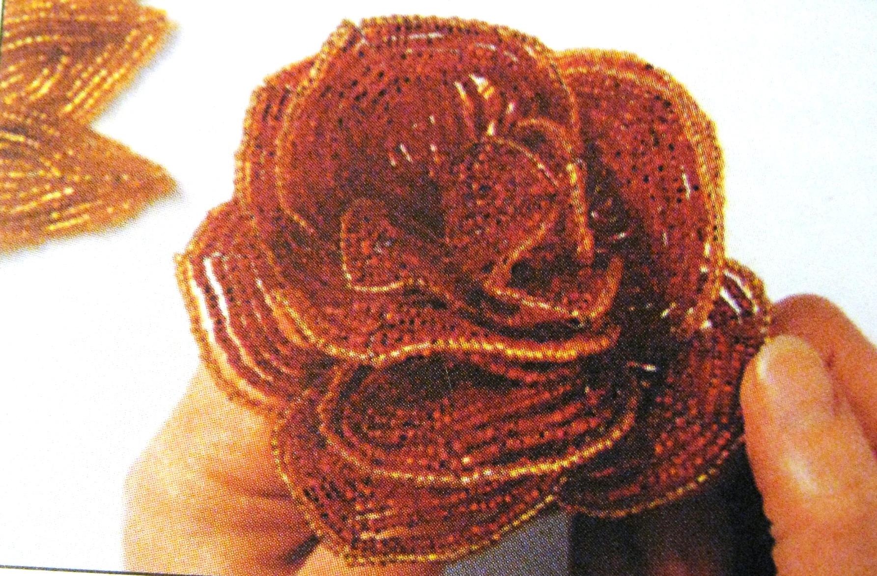 Много полезной информацци про поделки из бисера - схемы плетения из бисера, цветы и деревья из бисера...